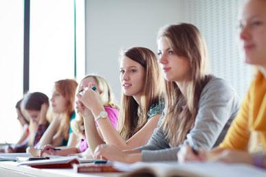 Studenten kijken video